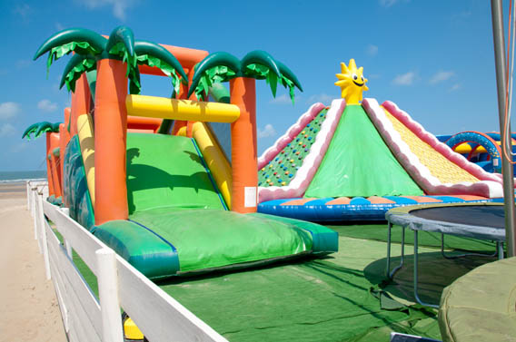 attractions gonflables jeux enfants plage normande