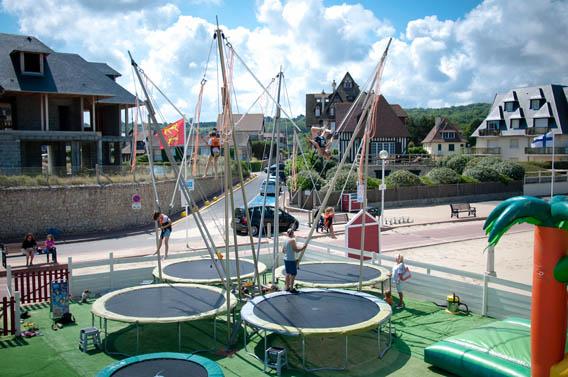 salto trampolines plage mer jeux enfants normandie